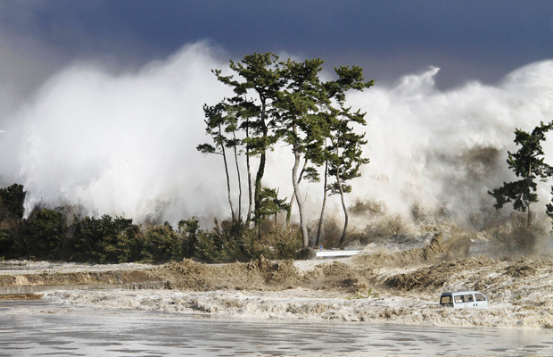 ... a chegada das ondas gigantes... (Foto: AP Photo/Sadatsugu Tomisawa)