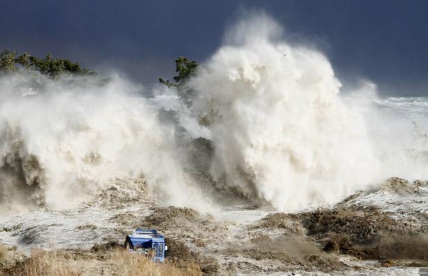 ... e depois do impacto (Foto: AP Photo/Sadatsugu Tomisawa)