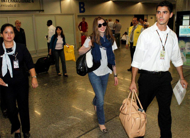 A atriz Anne Hathaway chegou nesta segunda-feira (21) ao Rio de Janeiro, onde participará do lançamento da animação 'Rio'. Anne é uma das dubladoras do filme sobre uma arara-azul em visita ao Brasil (Foto: Gabriel Reis / AgNews)