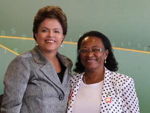 A Presidente Dilma Rousseff ao lado da educadora Aurina Oliveira Santana na cerimônia de outorga da Ordem Nacional do Mérito a educadoras brasileiras, no Palácio do Planalto (Foto: Roberto Stuckert Filho /PR)