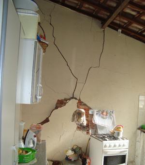 Casa atingida ficou com parede quebrada e inúmeras rachaduras após o acidentes (Foto: Ariadne Janez / TV Tem)