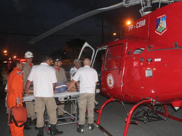 Vítima de atropelamento é resgatada de helicóptero (Foto: Jadson Marques/AE)