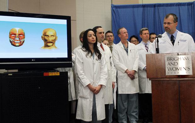 O cirurgião plástico Bohdan Pomahac explica cirurgia em Dallas Wiens. (Foto: Elise Amendola / AP Photo)