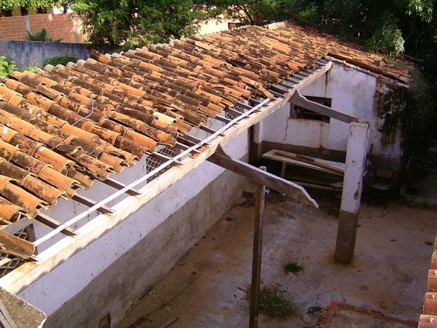 Falta de telhados e estrutura com problemas em Picos (Foto: Aleksandro Libério/Arquivo pessoal)