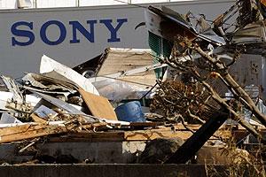 Depósito da Sony em Sendai, no Japão, é tomado por detritos do tsunami que atingiu o país (Foto: Toru Yamanaka/AFP)