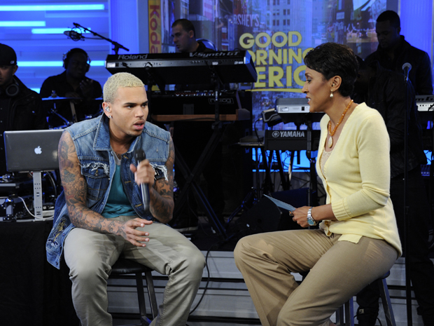 Chris Brown e Robin Roberts (Foto: AP)