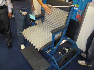 Cadeira acionada pelo sopro foi pensada para tetraplégicos (Foto: Tadeu Meniconi/G1)