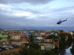 Aeronave sobrevoa comunidade Nova Holanda em Macaé (Foto: Tenente Marlisa/BOPE)