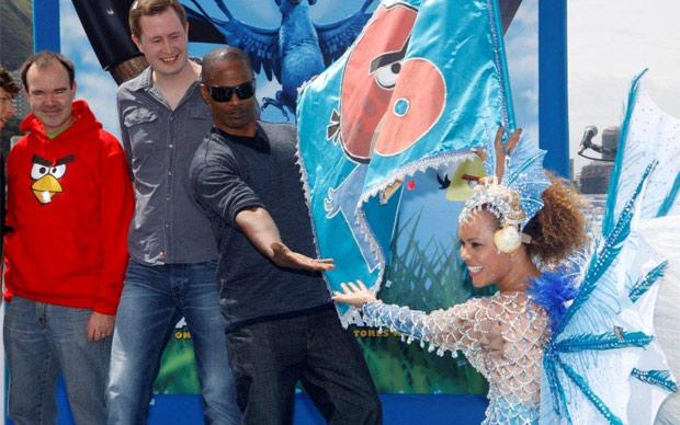Jamie Foxx brinca com passista de escola de samba, em ação de divulgação da versão do game 'Angry birds' inspirada no filme 'Rio' (Foto: AGgNews) (Foto: AgNews)