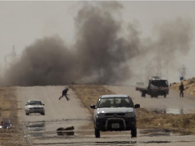Confronto na cidade de Ajdabiya entre os rebeldes e as forças pró-Kadhafi (Foto: AP)