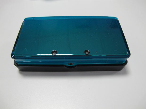 Nintendo 3DS em cima de base de recarregamento de bateria (Foto: Gustavo Petró/G1)