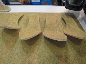 Palmilhas ecológicas são feitas à base de casca de arroz (Foto: Tadeu Meniconi/G1)