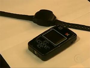 Modelo de pulseira de monitoramento adotada em fevereiro (Foto: Reprodução/ TV Globo)