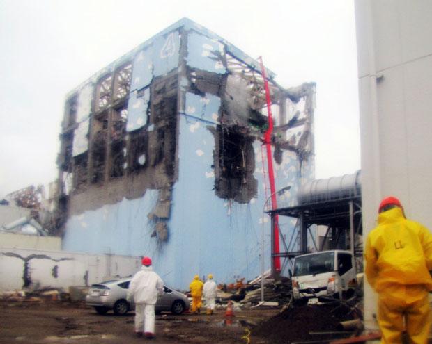 Administradora Tokio Eletric Power divulga foto de funcionários trabalhando para reparar prédio de reator danificado após terremoto e tsunami (Foto: AP/G1)