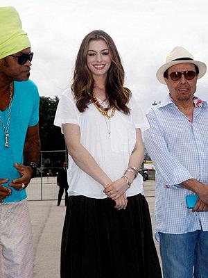Anne Hathaway ao lado de Carlinhos Brown e Sérgio Mendes (Foto: AgNews)