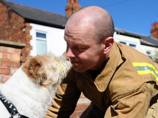 Bombeiro se tornou herói em cidade britânica após salvar cachorro (Foto: Caters)