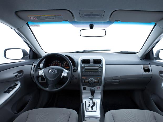 Interior do Corolla GLi 1.8 é simples (Foto: Divulgação)
