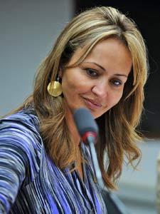 A deputada Jaqueline Roriz (PMN-DF) em reunião na Câmara no dia 22 de fevereiro (Foto: Brizza Cavalcante/Agência Câmara)