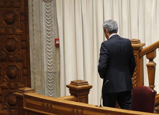 O premiê de Portugal, José Sócrates, deixa o Parlamento nesta quarta-feira (23) após debate sobre o pacote de austeridade (Foto: AP)