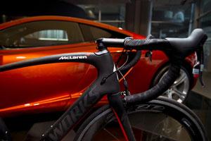 A bike Venge e o esportivo de luxo MP4-12C (Foto: Divulgação/Mclaren)