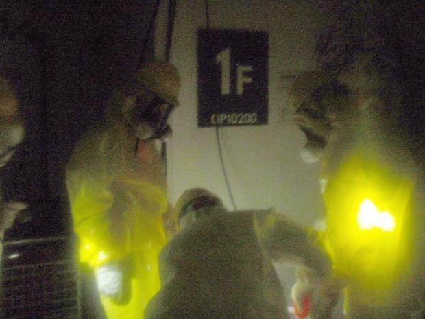 Funcionários tentam religar a energia nos reatores 1 e 2 da usina de Fukushima Daiichi, na quarta-feira (23). A foto foi divulgada pela Tepco (Foto: AP)