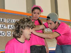 Cena da peça que trata do tema bullying (Foto: Divulgação)
