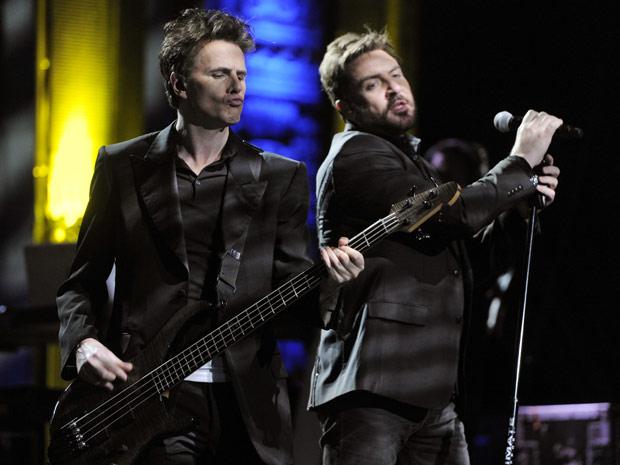 O baixista John Taylor, à esquerda, e o vocalista Simon Le Bon da banda Duran Duran se apresentam no Mayan Theatre, em Los Angeles, nesta quarta-feira (23). O show, transmitido pela internet em tempo real, foi dirigido pelo cineasta americano David Lynch, (Foto: AP)
