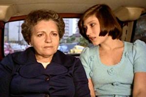 A atriz Liana Duval em cena com Beth Goulart em cena do filme 'Joelma, 23º Andar', de 1979. (Foto: Divulgação)