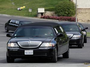 Caravana de limousines com parentes e amifgos de Elizabeth Taylor deixa o cemitério Forest Lawn após funeral da atriz. (Foto: AP)