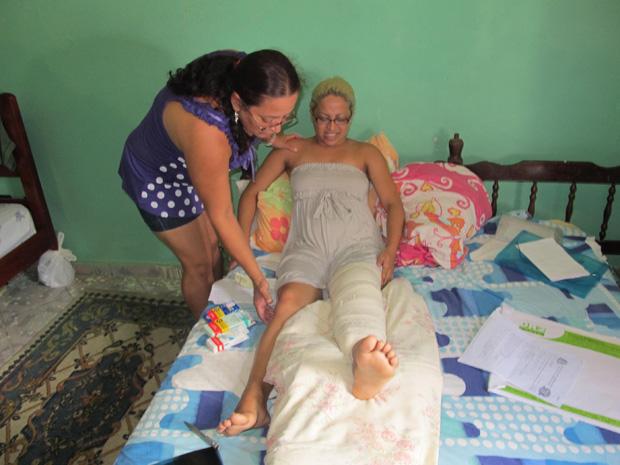 Mãe auxilia jovem que passou por cirurgia na última semana (Foto: Letícia Macedo/ G1)