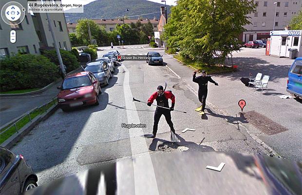 Enquanto uns processam o Google por terem sido 'capturados' pelas câmeras do Street View, outros tentam aparecer no serviço. Dois noruegueses vestiram roupas de mergulho enquanto um carro do Street View capturava imagens na cidade de Bergen, na Noruega. Borre Erstad e Paul Age Olsen esperaram pacientemente a passagem do veículo do Google depois que foram avisados de que o carro passaria pela área. Na primeira imagem, os dois são vistos sentados em cadeiras na porta de casa. Já na segunda foto, Erstad e Olsen aparecem correndo atrás do veículo. As fotos foram tiradas no verão europeu de 2010, mas o serviço só foi atualizado em 2011. (Foto: Reprodução/Street View)