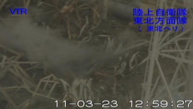 Fumaça sai do prédio do reator 3 (Foto: AP)