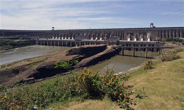 Usina hidroelétrica de Itaipu, na fronteira entre Brasil e Paraguai (Foto: AP)