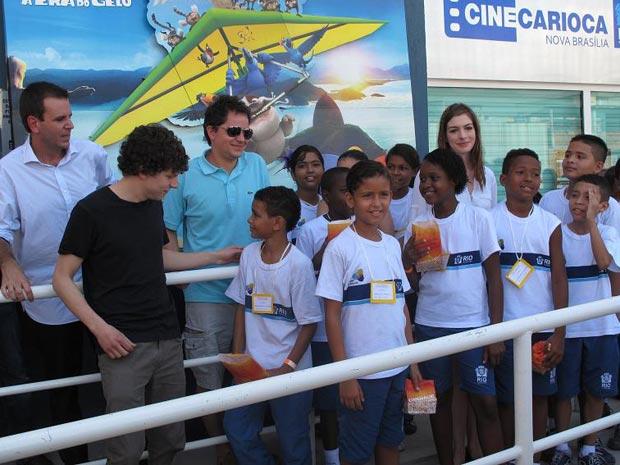 Anne Hathaway e Jesse Einsenber no Alemão - Rio (Foto: Thamine Leta / G1)