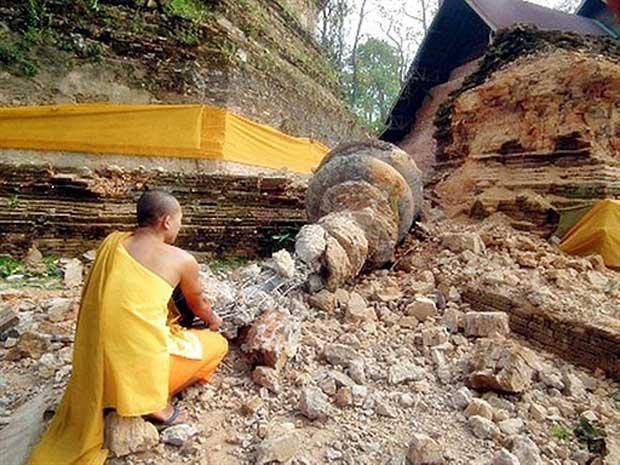 Monge budista tailandês inspeciona templo destruído após  terremoto atingir Mianmar. (Foto: AFP Photo)