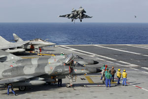 Caças Rafale partem do porta-aviões francês Charles de Gaulle para ataques no território líbio (Foto: Benoit Tessier/Reuters)