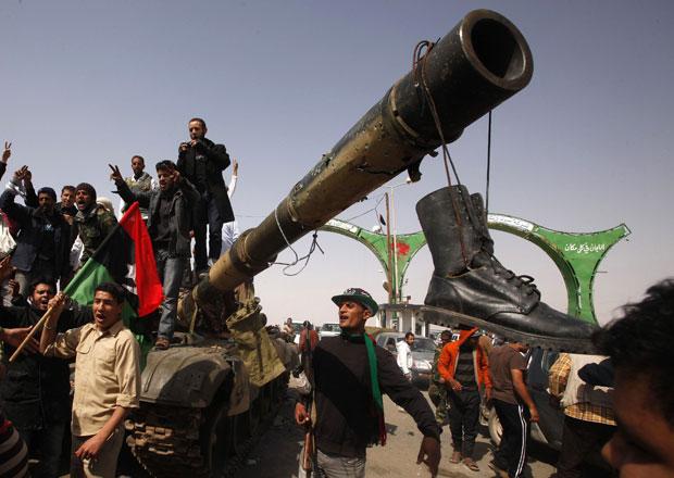 Povo comemora a tomada de tanque de Kadhafi na entrada da cidade de Ajdabiyah (Foto: Suhaib Salem/Reuters)
