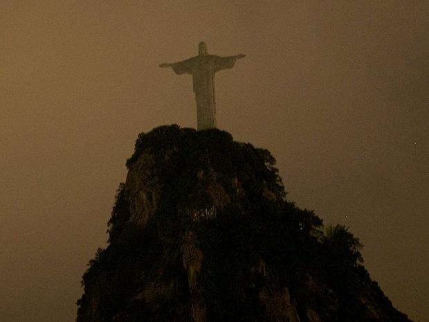Cristo ficou às escuras para alertar sobre aquecimento global (Foto: Marcos de Paula / AE)
