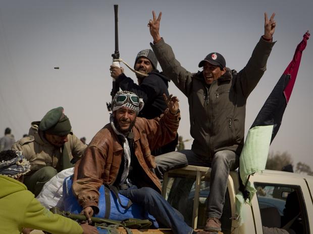 Rebeldes comemoram depois de tomar a cidade de Ajdabiya, ao sul de  Benghazi, na Líbia, neste sábado (26/3) (Foto: AP)