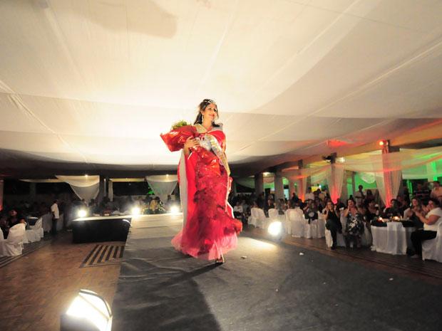 Rebecca Rhaysa Suelen Guedes durante desfile com traje de gala no Clube de Oficiais da PM (Foto: Divulgação/Paulo Almeida/Seres)