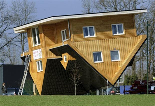 Casa de cabeça para baixo fica na cidade alemã de Bispingen. (Foto: Holger Hollemann/AFP)