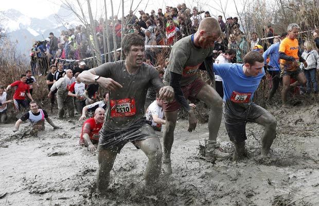 Participantes tiveram que encarar lama e outros obstáculos durante a prova (Foto: Pascal Lauener/Reuters)