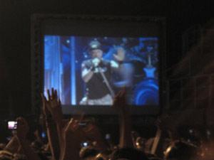 No telão, Bruce Dickinson tenta acalmar os fãs após queda de proteção (Foto: Tatiana Martins/G1)