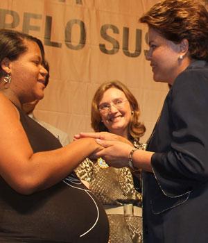 Dilma cumprimenta mulher grávida durante cerimônia de programa voltado a gestantes (Foto: Roberto Stuckert Filho / Presidência)