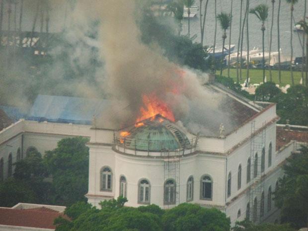 Fogo em prédio da UFRJ na tarde desta segunda-feira (28)  (Foto: Arthur Pires/VC no G1)