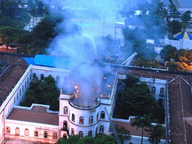 Incêndio em prédio do campus da UFRJ ainda não está controlado (Foto: Genilson Araújo/ Agência O Globo)