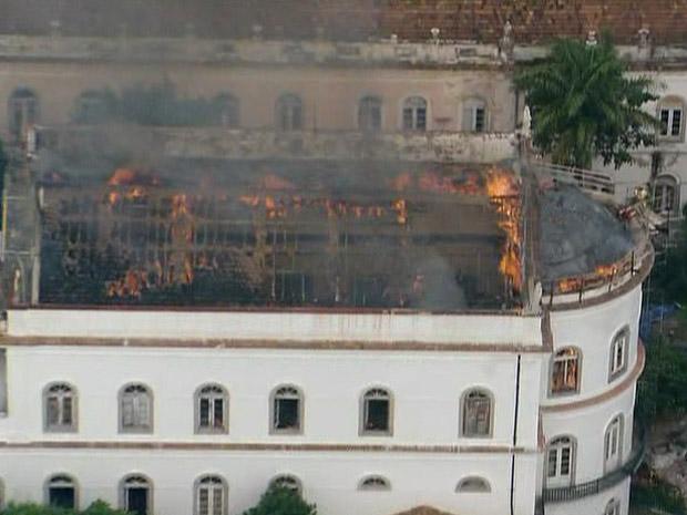Incêndio atinge capela da UFRJ (Foto: Reprodução/Globo News)