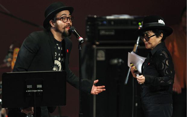 Sean Lennon e Yoko Ono (Foto: Reuters)