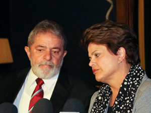 Presidente Dilma Rousseff e o ex-presidente Lula durante coletiva a imprensa sobre a morte do ex-vice presidente José Alencar (Foto: Roberto Stuckert Filho /PR)