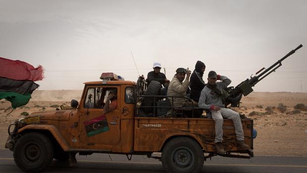 Rebeldes líbios movimentam-se nesta terça-feira (29) na cidade de Bin Jawaad (Foto: AP)